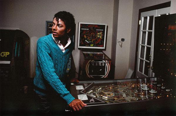 Michael Jackson grający na fliperach